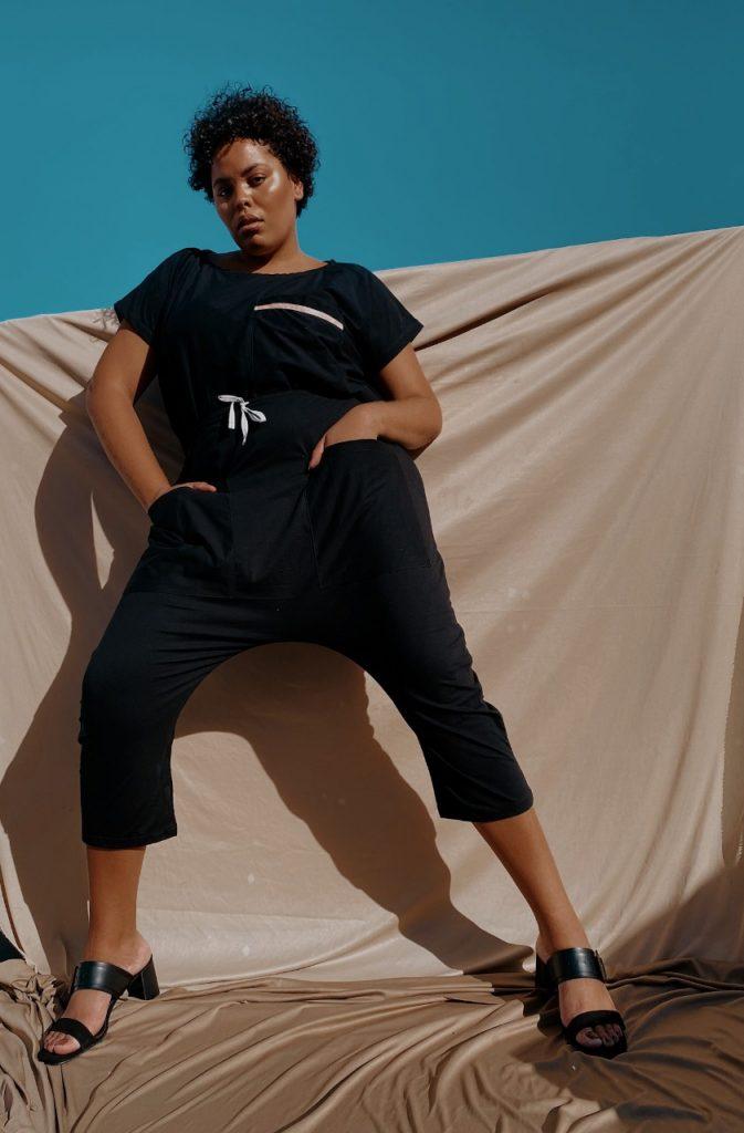 mulher vestindo roupas a prova de viral