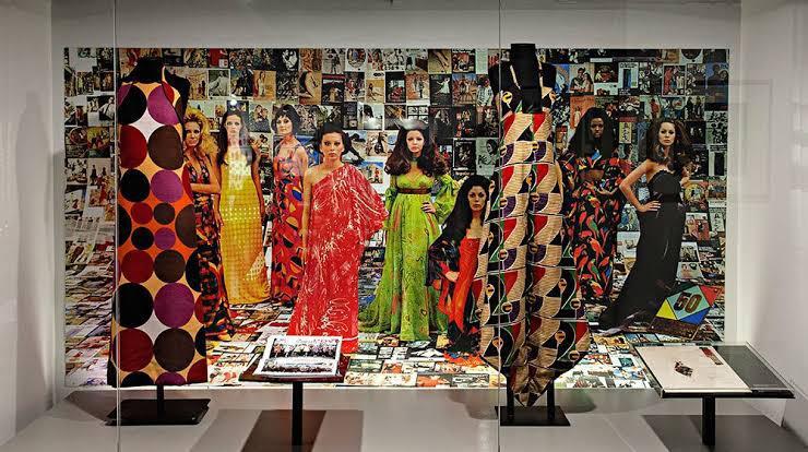nova exposição no Farol Santander fala da relação da moda no Brasil com a Europa