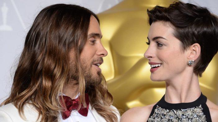 Jared Leto e Anne Hathaway em cerimônia do Oscar