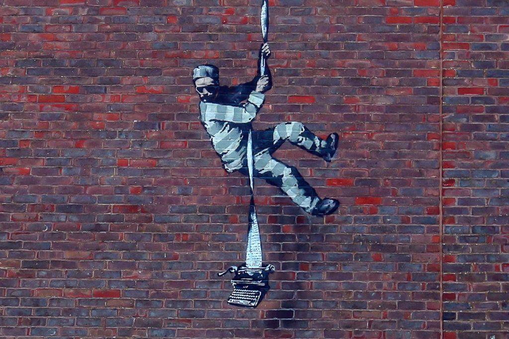 suposta nova obra de banksy em prisão em Reading, na inglaterra